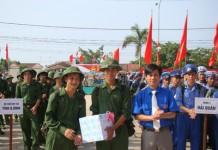 Huyện đoàn Quảng Trạch tặng quà, động viên thanh niên lên đường nhập ngũ năm 2011.