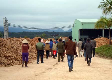Người dân tập trung yêu cầu đề nghị đóng cửa nhà máy.