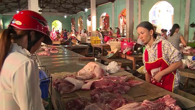 Thịt lợn không có dấu kiểm soát giết mổ được bày bán ở chợ.
