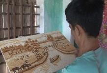 Lê Trường Giang đang vẽ những bức tranh gạo