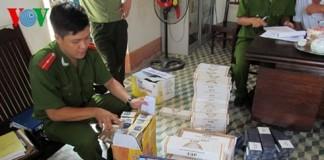 Lực lượng Công An Quảng Bình đang kiểm tra lô hàng thuốc lá lậu. (Ảnh: Tuyết Lê).