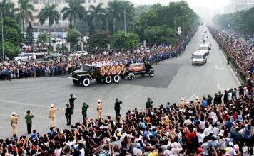 Dọc hai bên đường từ nhà tang lễ tới sân bay Nội Bài, hàng vạn người dân đưa tiễn Đại tướng.