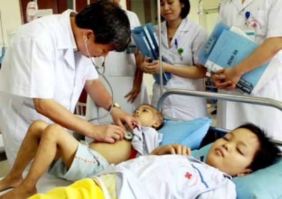GS.TS. Nguyễn Anh Trí thăm khám bệnh nhân. Ảnh: T.Lan