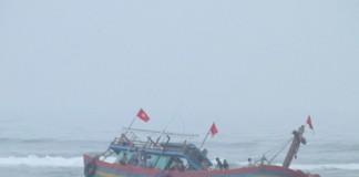 Chiếc tàu cá QB 91568 TS đã bị mắc cạn khi trên đường ra khơi