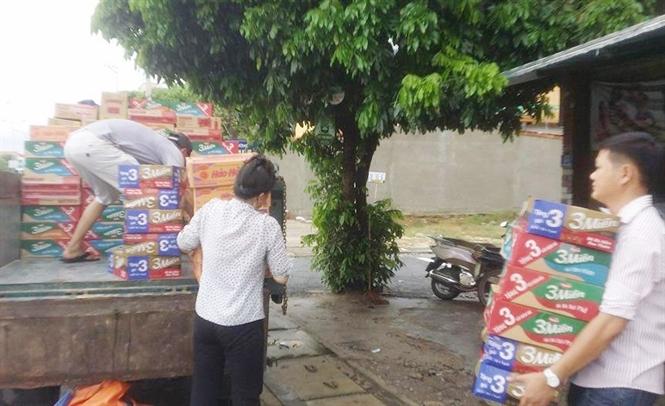 Đưa hàng cứu trợ đến vùng lũ ở Quảng Trạch (Ảnh: P.P).